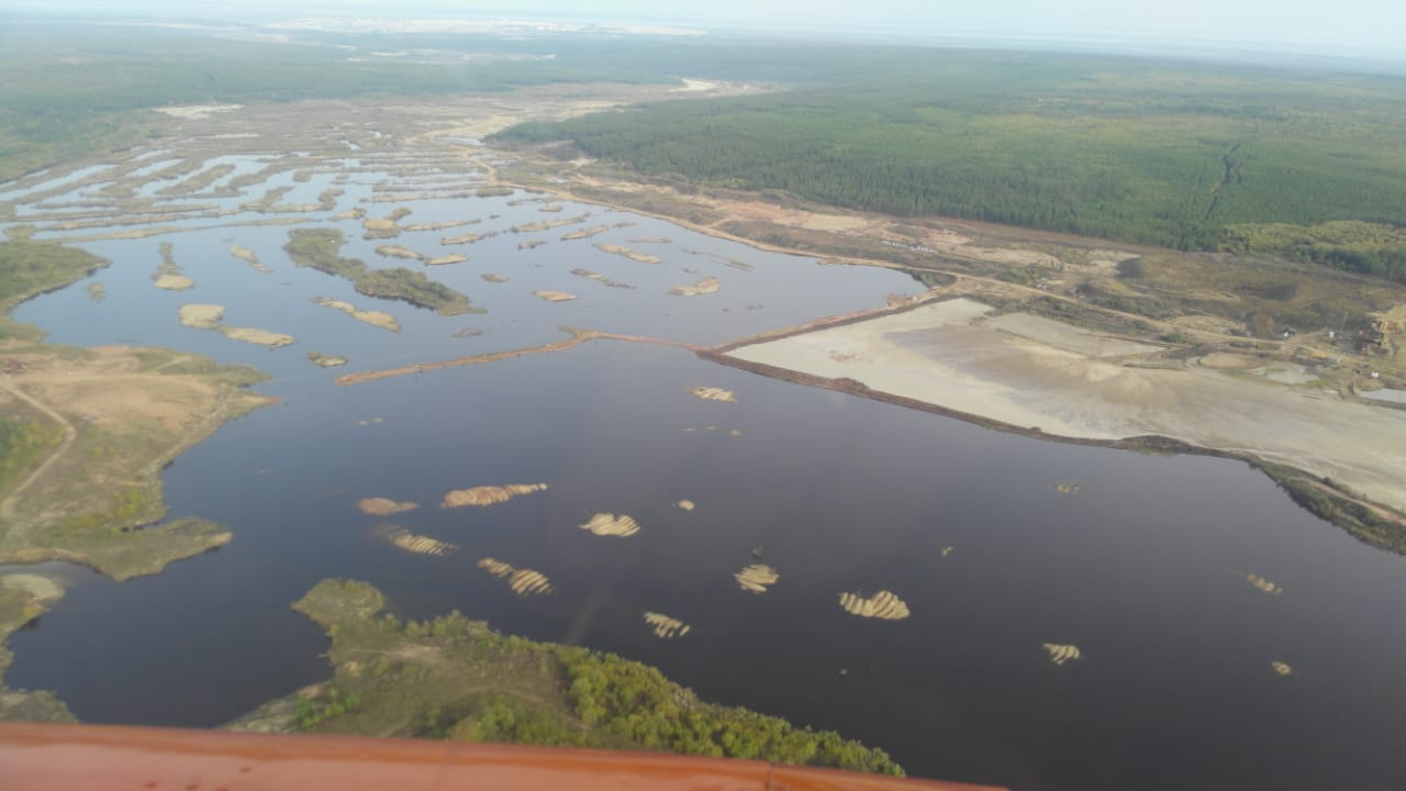 Врио главы Якутии совершил облет загрязненных рек с министром экологии региона