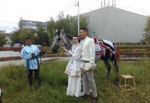 """В Якутске интернациональная пара провела старинный якутский обряд """"Встреча невестки"""""""