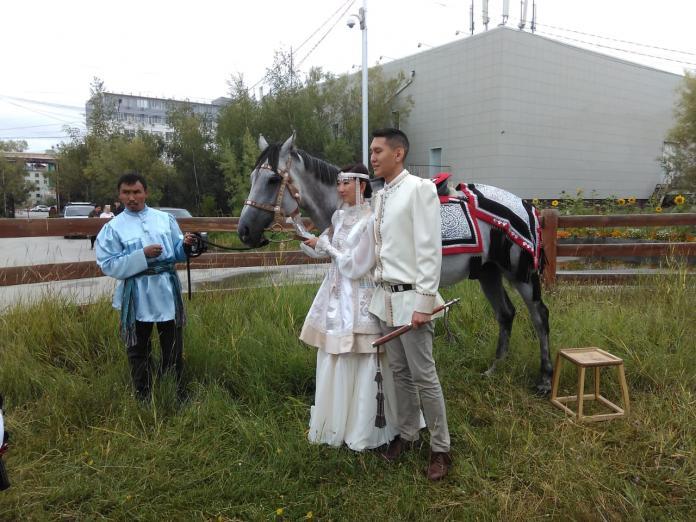 В Якутске интернациональная пара провела старинный якутский обряд