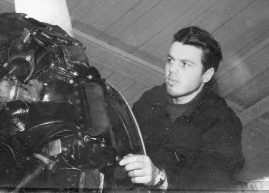 инженер АТБ Негенбля осматривает двигатель самолета