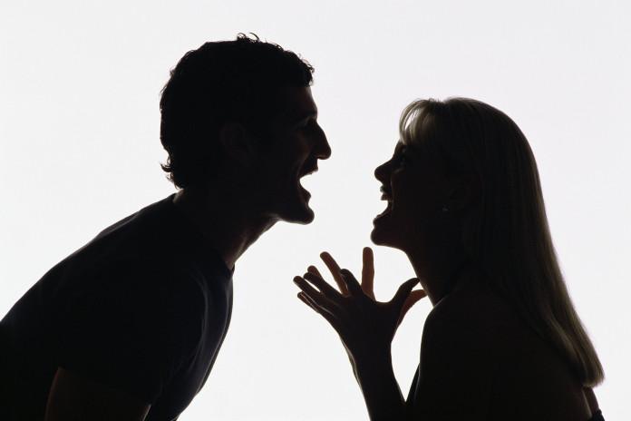 Муж ударил жену ведром, застав её с другим мужчиной
