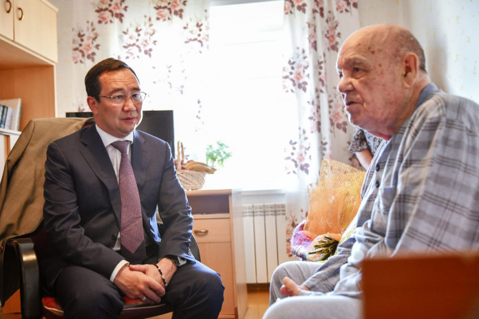 В Мирном Айсен Николаев навестил ветерана ВОВ Михаила Жилкина