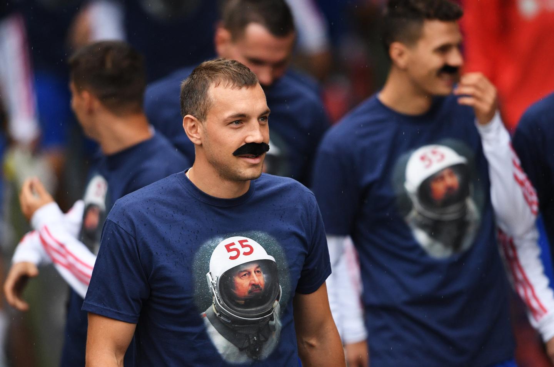 Футболисты сборной надели «усы надежды» чтобы поздравить Черчесова сюбилеем