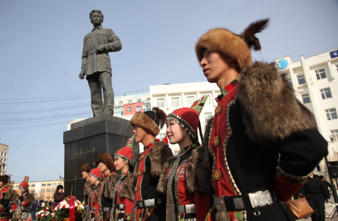 В День государственности руководство Якутии возложило цветы к памятнику Максима Аммосова