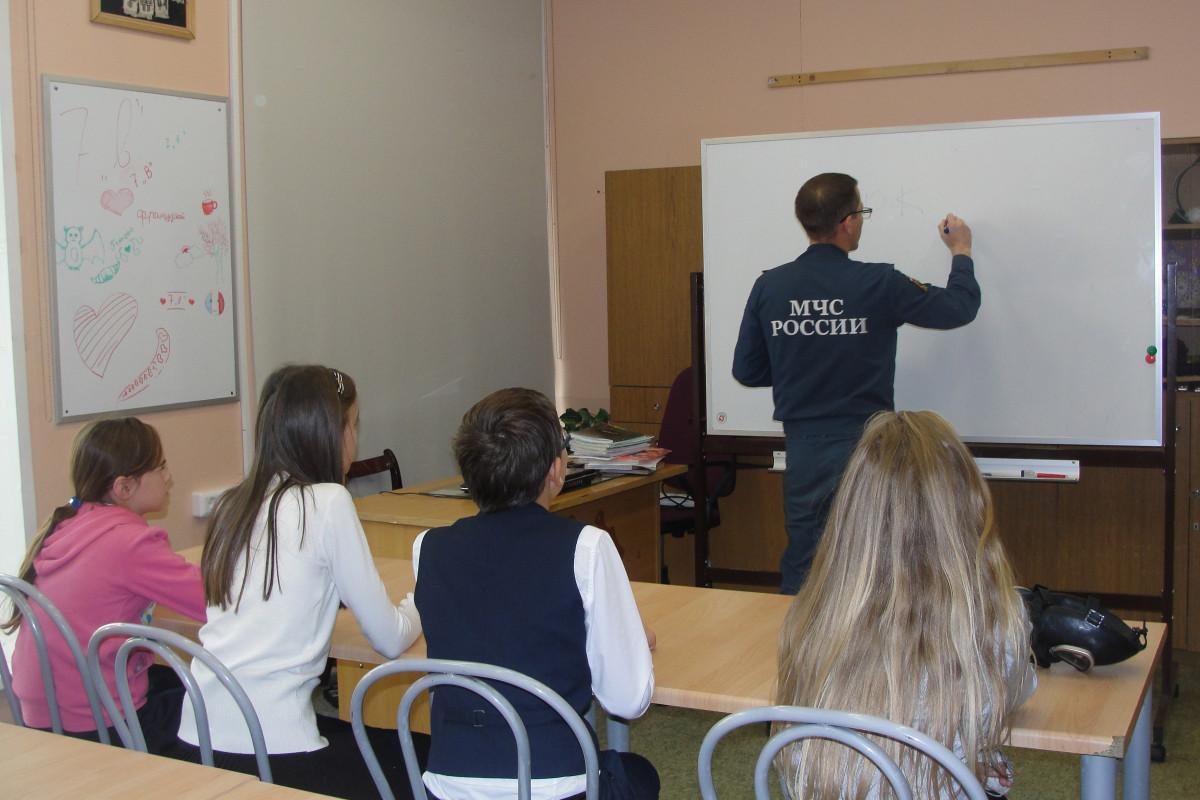 1 сентября в школах Якутии сотрудники МЧС провели уроки пожарной безопасности
