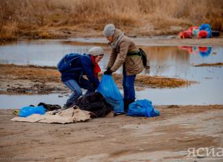 На акции «Поклон реке Лене» добровольцы убрали мусор с Зеленого луга