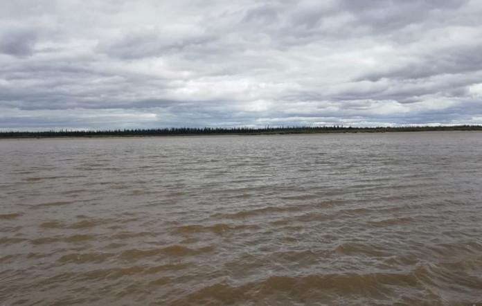 Загрязненный участок реки Вилюй прибывает к Верхневилюйску