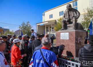 Цветы к памятнику великого тренера Дмитрия Коркина возложили в Якутске