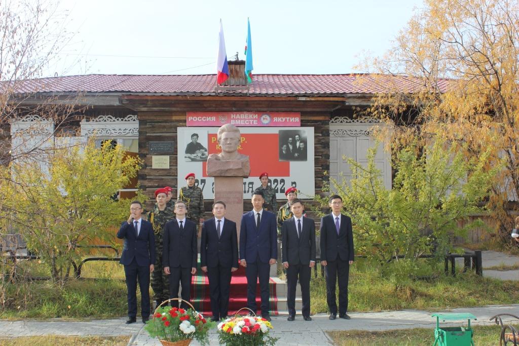 В Якутске возложили цветы к памятнику-бюсту М.К. Аммосова