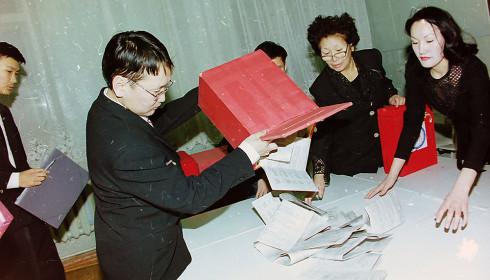 Результаты голосовани в первом туре были такие: Борисов Спартак Степанович – 4316 голосов (1,13%).  Максимов Афанасий Николаевич – 3422 голоса (0,89%).  Санников Михаил Семенович – 1308 голосов (0,34%).