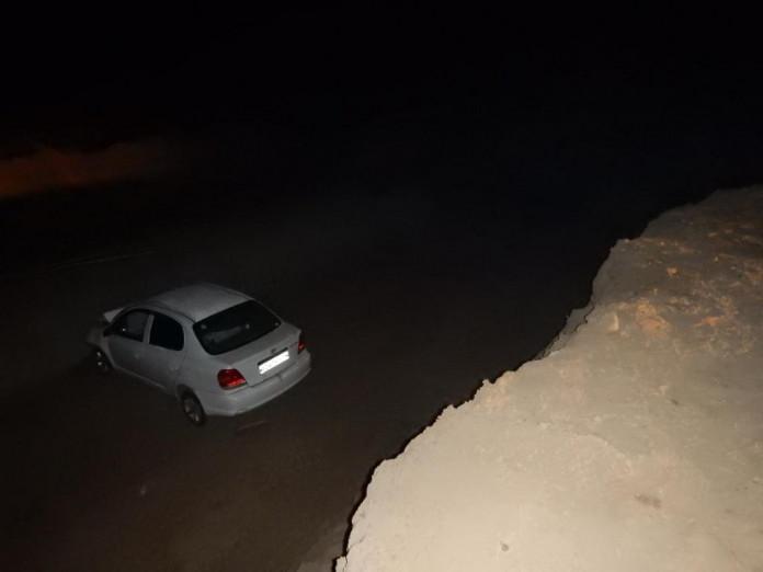 В Вилюйском районе молодой водитель, не заметив дорожные знаки, провалился в трёхметровую яму