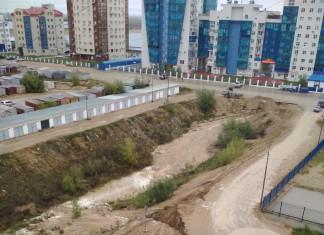 В Якутске дождь снова размыл дорогу в 203 микрорайоне