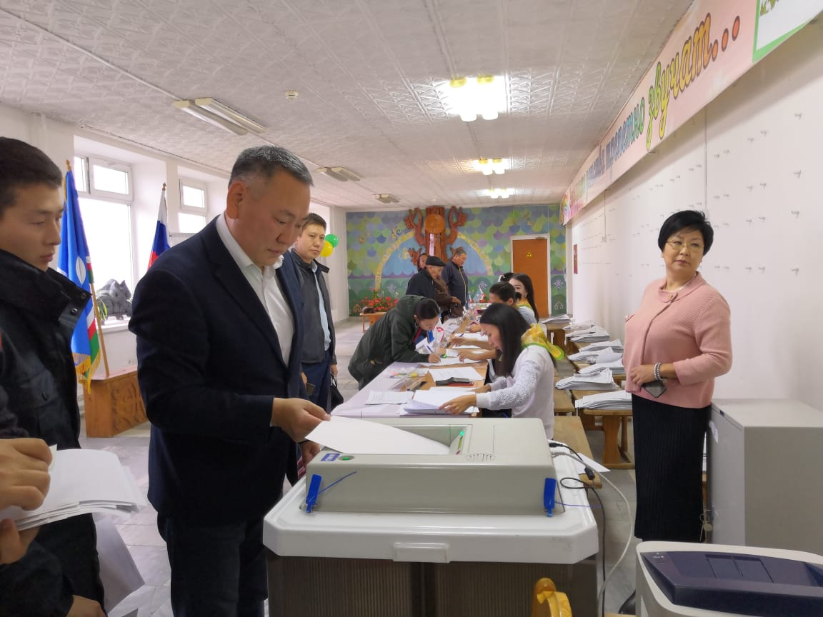 Сахамин Афанасьев проголосовал первым