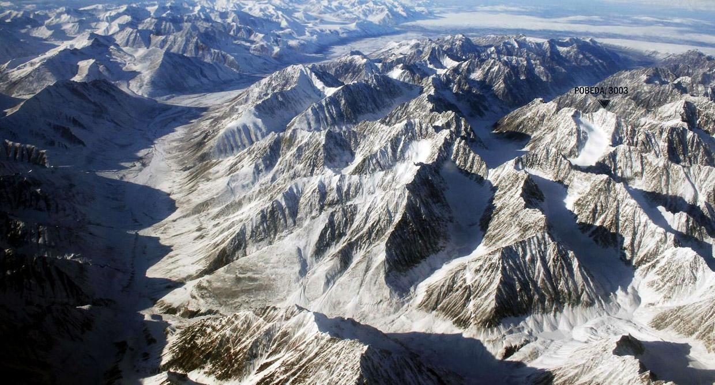 Спасатели добрались к подножию горы, где аварийно сел вертолет