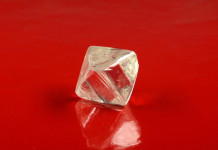 Алмаз весом почти 98 карат, представленный на аукцион