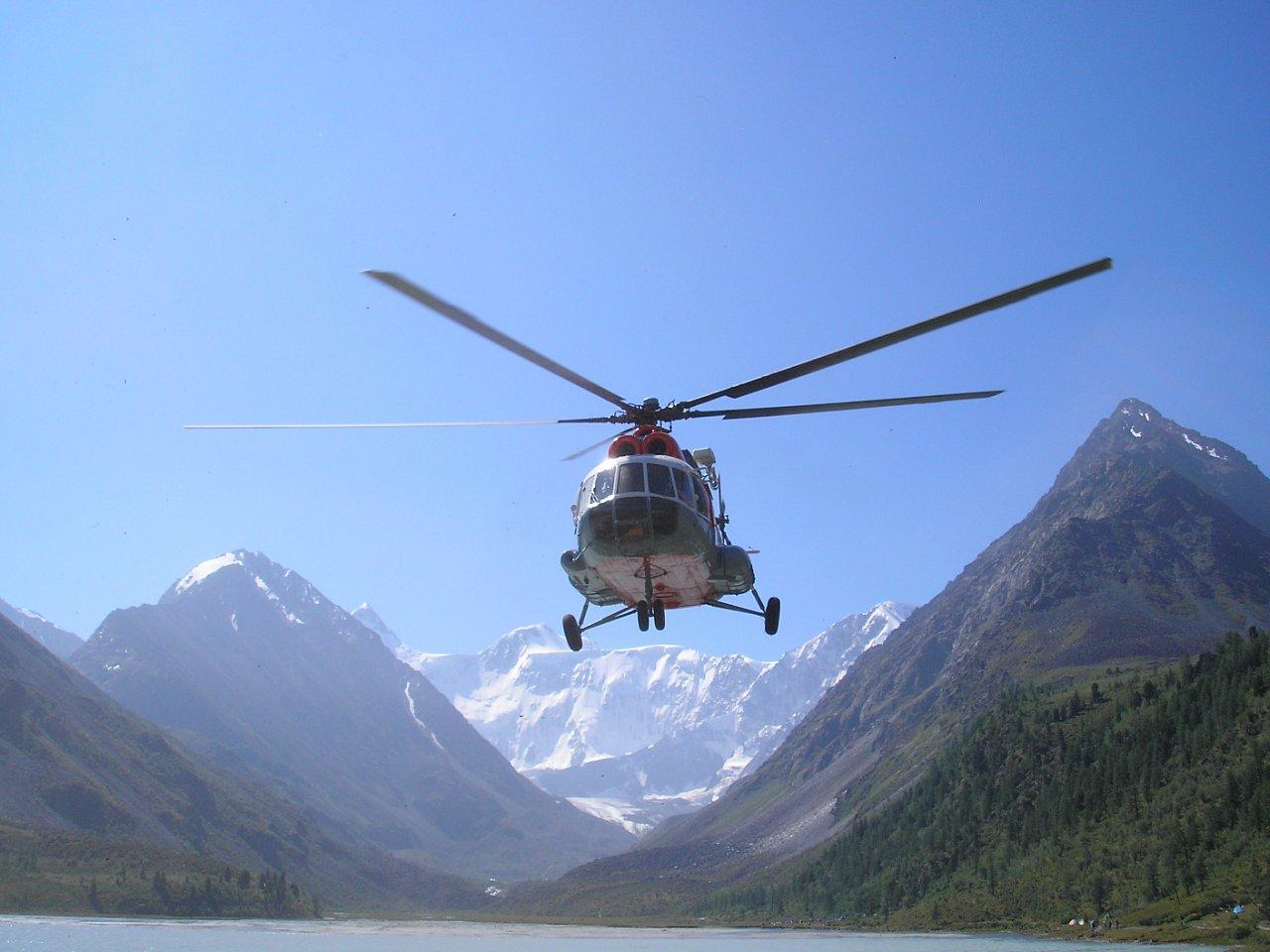 Поиски вертолёта, совершившего жёсткую посадку в Момском районе, продолжаются