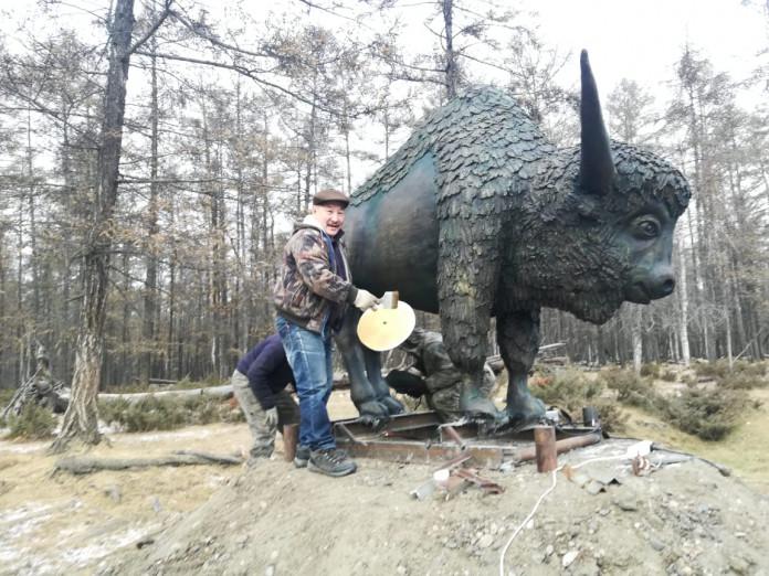 Памятник доисторическому бизону украсил въезд в село Сыдыбыл