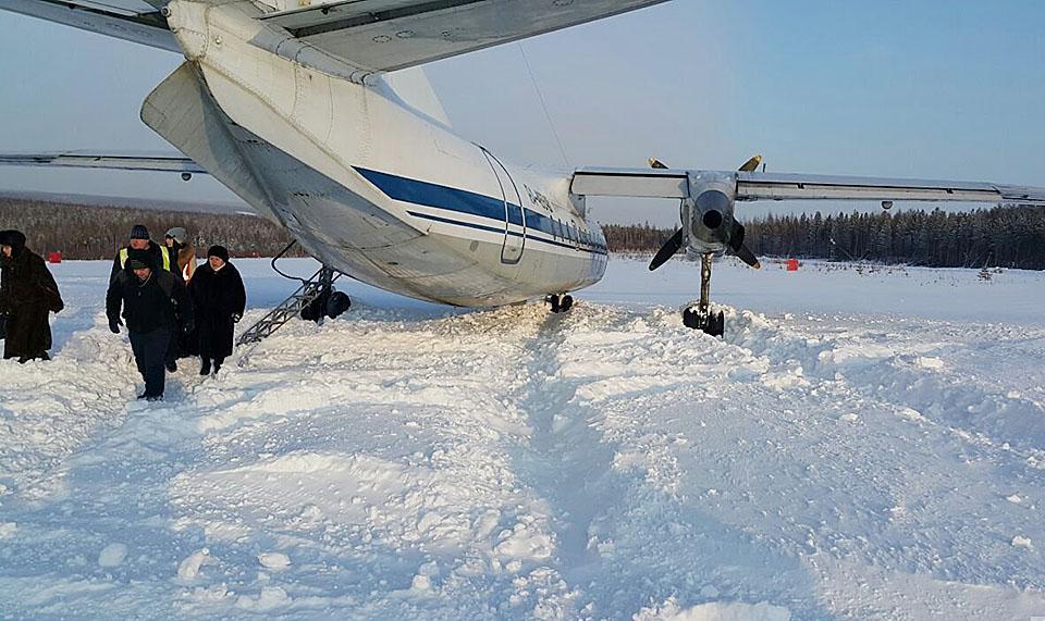 11 февраля 2016 В аэропорту Ленска при взлете самолет АН-24 АК «ИрАэро», выполнявший рейс Ленск -Иркутск, выкатился за пределы ВПП. Когда скорость для взлета уже была набрана, экипаж вдруг передумал совершать полет, вследствие чего самолет выкатился за пределы взлетного поля. Чтобы вернуть его на полосу, потребовалась помощь спецтехники. Пассажиры и экипаж не пострадали. Воздушное судно также осталось целым. Фото: Интернет