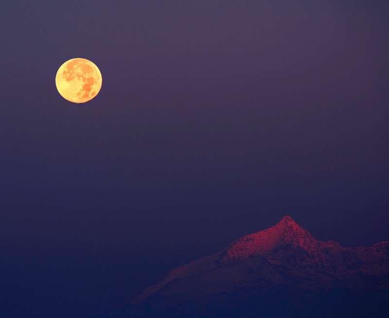 Вечером 24 октября взойдет «жизнерадостная» Луна