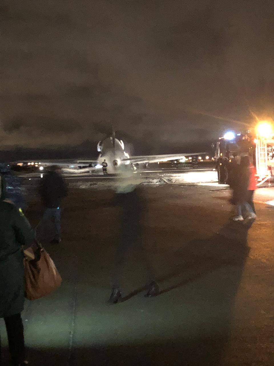 """В аэропорту """"Якутск"""" самолет выехал за пределы взлетно-посадочной полосы"""