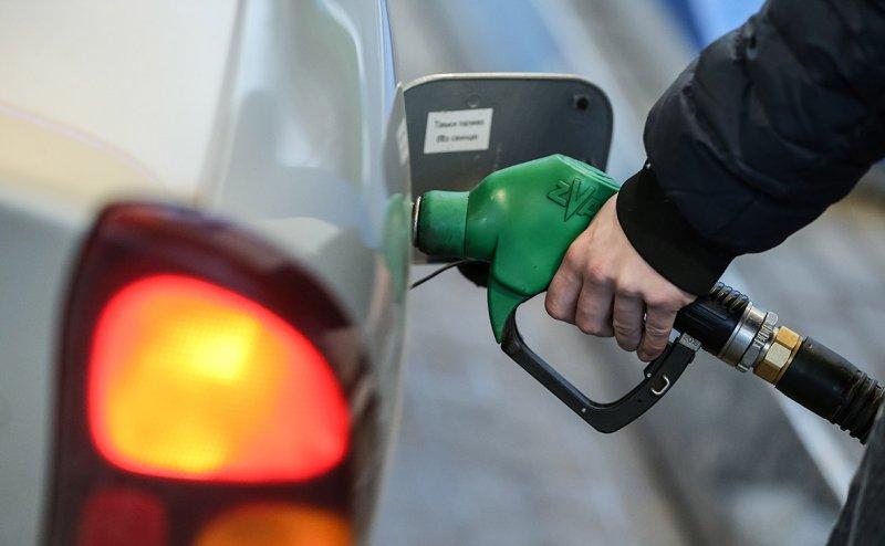 Цены на бензин хотят повысить на пять рублей