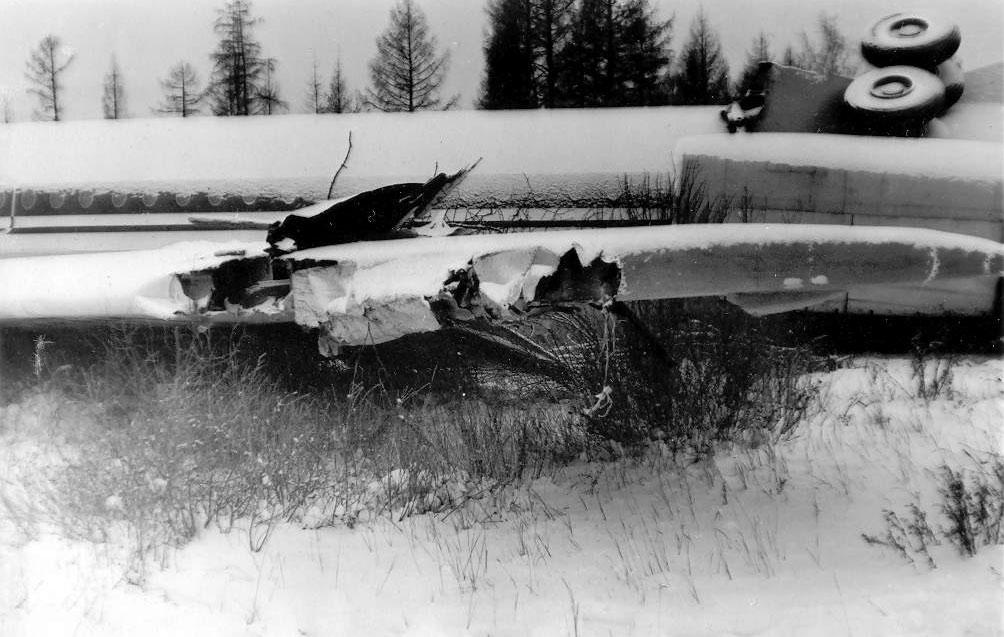 21 ноября 1990 Самолет Ил-62 авиакомпании «Аэрофлот» выполнял пассажирский рейс Москва-Якутск. Из-за тумана он был направлен на запасной аэродром Маган. В аэропорту была грунтовая ВПП, но зимой она дополнительно укреплялась, чтобы принимать большие самолеты. При посадке Ил-62 выкатился за пределы взлетно-посадочной полосы примерно на более чем на 500 метров, выехал на склон оврага и начал разрушаться. В результате происшествия все три стойки шасси были сломаны, разрушена механизация крыла и частично само крыло и фюзеляж. Штурман и 3 пассажира получили средние телесные повреждения, два бортпроводника и 6 пассажиров - незначительные. Фото: gallery.ykt.ru