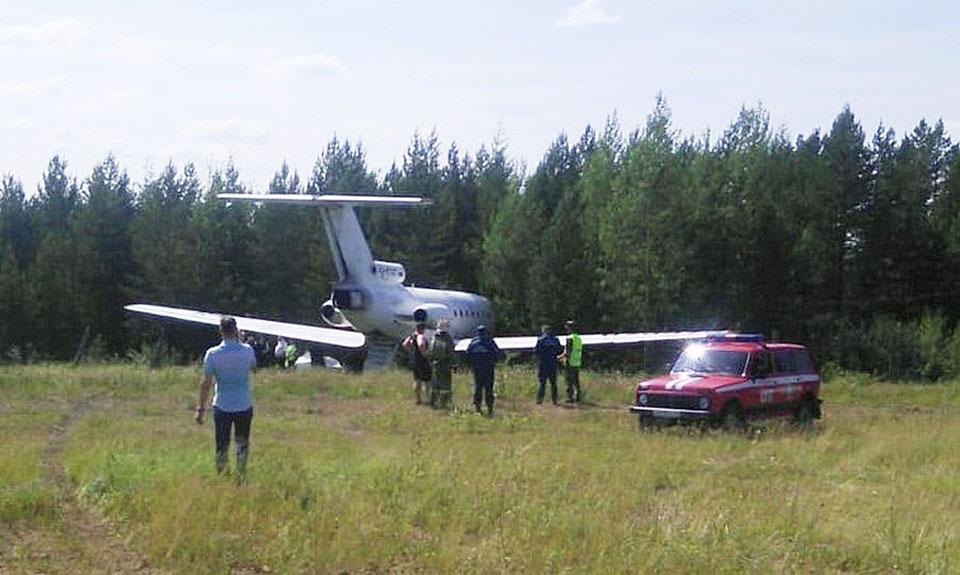 9 июля 2018 При посадке в аэропорту Алдана самолет Як-40 АК «Аэро Братск» выкатился за пределы взлетно-посадочной полосы. Самолет выполнял рейс Олекминск — Алдан. 18 пассажиров и семь членов экипажа не пострадали, воздушное судно также осталось без повреждений.   Фото: Интернет