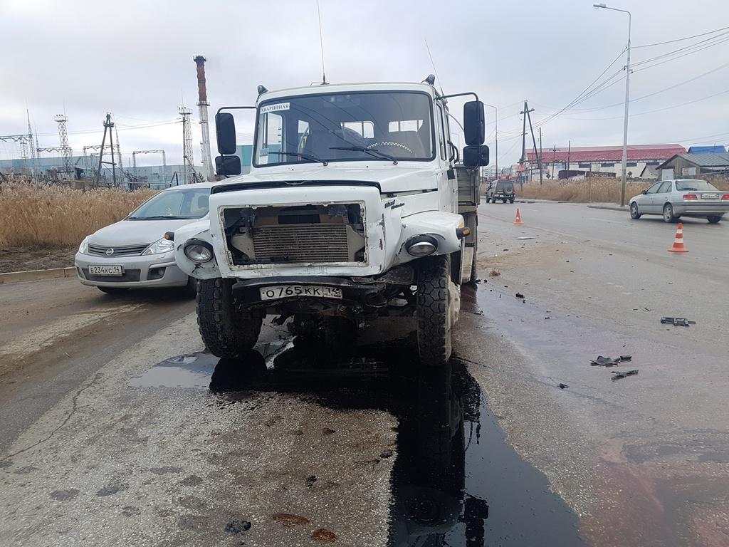 Гололёд стал причиной столкновения иномарки и грузовика в Якутске