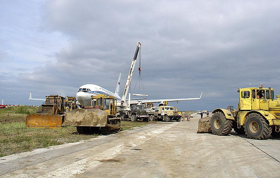 """23 августа 2006 Второе крупное ЧП в истории современного аэропорта «Якутск» произошло в августе 2006 года.  В аэропорту на дозаправку сел Ил-96 АК «Домодедовские авиалинии», который летел из Анадыря в Москву с одним неисправным двигателем. При взлете пилот не справился с управлением, и самолет выкатился за пределы взлетно-посадочной полосы на 15 метров. Под тяжестью машины шасси провалились в грунт. Чтобы вытащить воздушное судно из колеи, пришлось откачать топливо и положить под шасси бетонную плиту. Тогда эвакуация судна заняла двое суток, все это время аэропорт был закрыт. Фото: Аэропорт """"Якутск"""""""