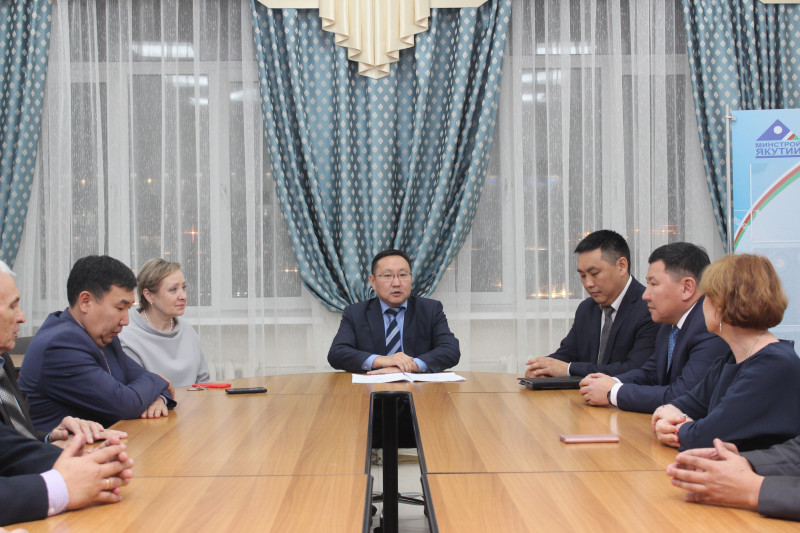 Павел Аргунов и его заместители представлены коллективу минстроя Якутии