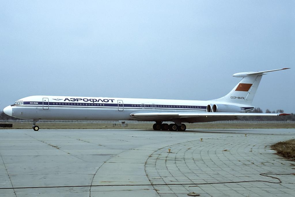 30 июня 1990  Самолет Ил-62, выполнявший рейс из Москвы в Якутск, при посадке в аэропорту выкатился за границы ВПП. При пробеге по ВПП бортинженер по ошибке перевел рычаги управления реверсом  в положение «прямая тяга», переведя двигатели № 1 и 4 на взлетный режим. Экипаж, увидев, что скорость растет, включил аварийное торможение.  К этому моменту самолет разогнался до скорости 265-270 км/ч и находился в 655 метрах от конца полосы. На скорости 200 км/ч самолет выкатился на грунт, проехал концевую полосу безопасности и в 397 метрах от нее врезался в препятствия и разрушился. На борту находились 10 членов экипажа и 99 пассажиров. Двое получили серьезные, четверо незначительные травмы. У самолета были сломаны все три стойки шасси, фюзеляж разломился в трех местах. Фото: Википедия