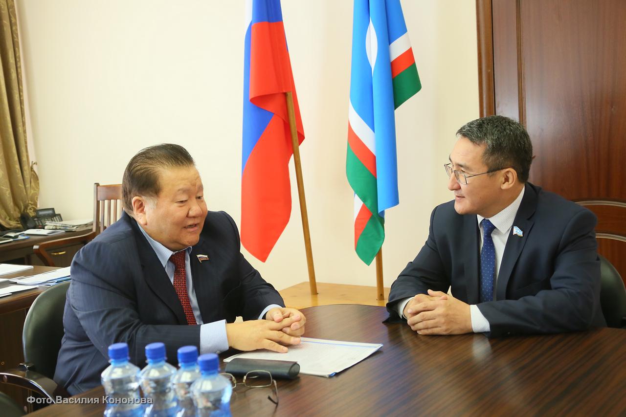 Спикер Ил Тумэна и депутат Госдумы обсудили совместное законотворчество