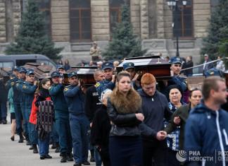 В Керчи проститься с погибшими в колледже пришли более 30 тысяч человек