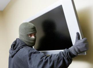 Собутыльник украл у спящей женщины телевизор