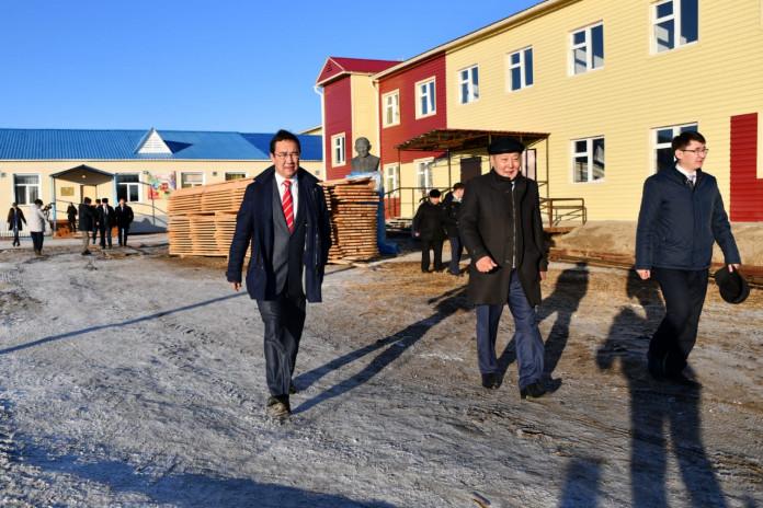 Айсен Николаев посетил социально значимые учреждения Верхневилюйского улуса
