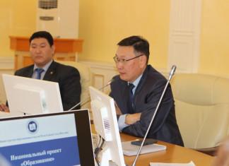 Владимир Егоров поручил директорам школ взять на контроль вопрос зарплаты учителей
