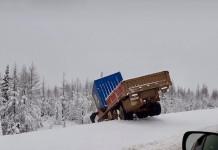 Фотофакт: Выпавший в Нерюнгринском районе снег отправил грузовики в кювет