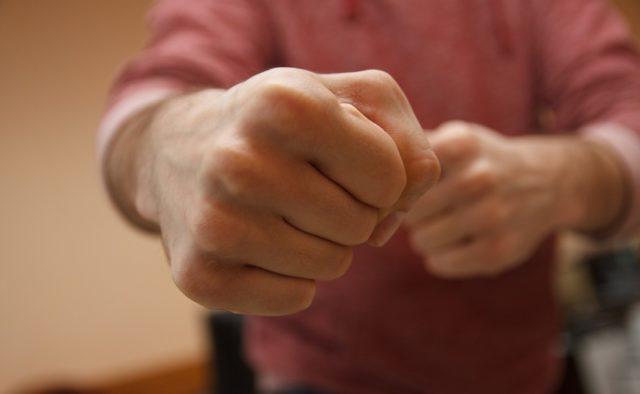 В Якутии мужчина избил свою сожительницу за нехозяйственность