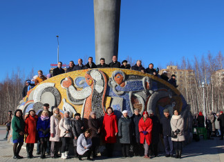 В Мирном завершили ремонт площади у памятника первооткрывателям