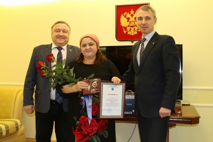 В Удачном многодетной матери вручили государственную награду