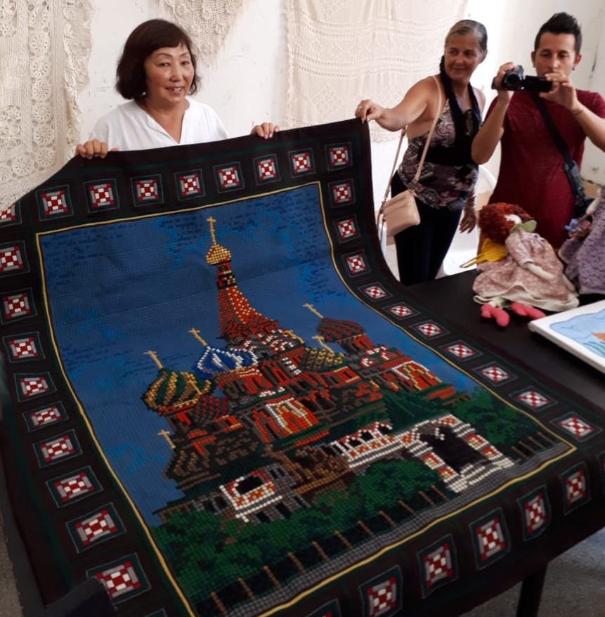 Народный мастер Якутии представила на Кубе уникальное панно