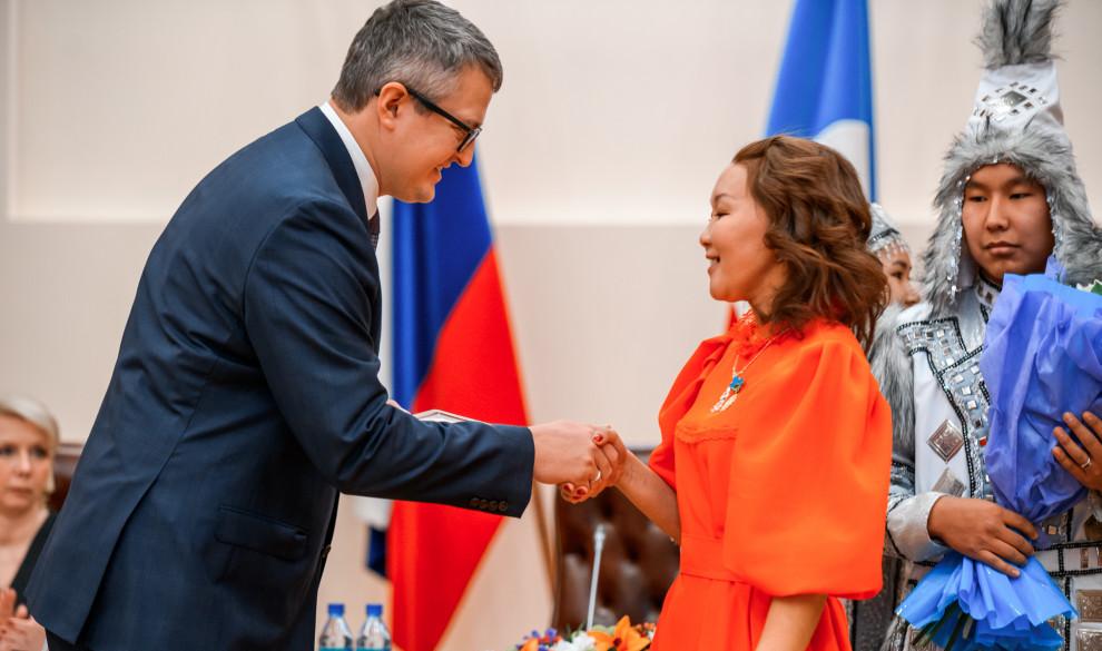 Владимир Солодов вручил награды многодетным матерям и передал поздравление своей маме