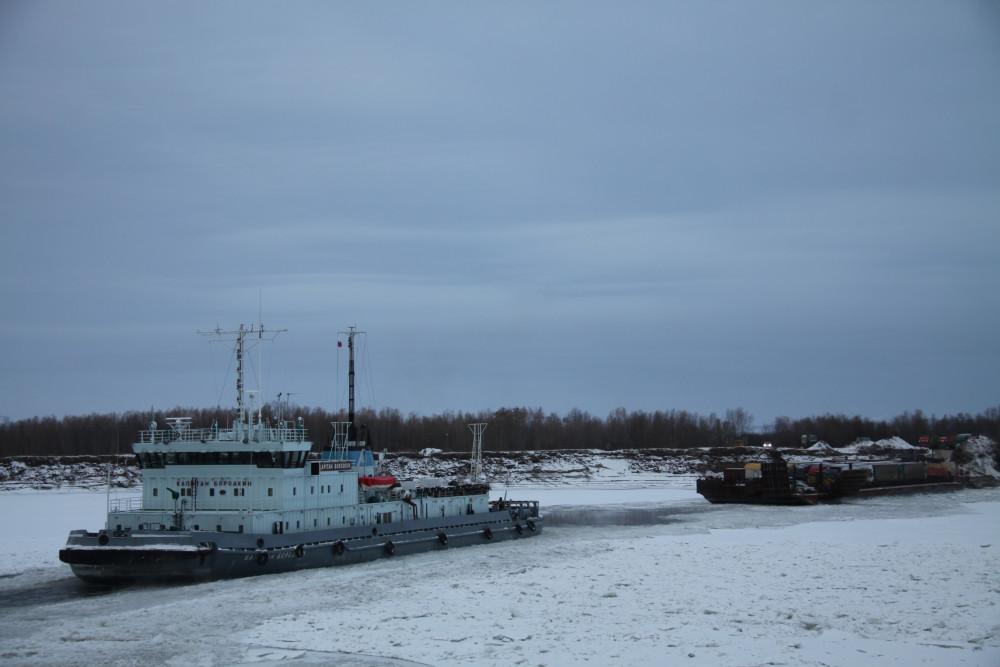 Через Лену начались перевозки грузов с помощью ледокола