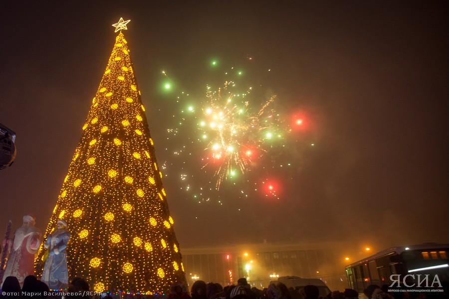 Дед Мороз и Чысхаан зажгли главную елку Якутии