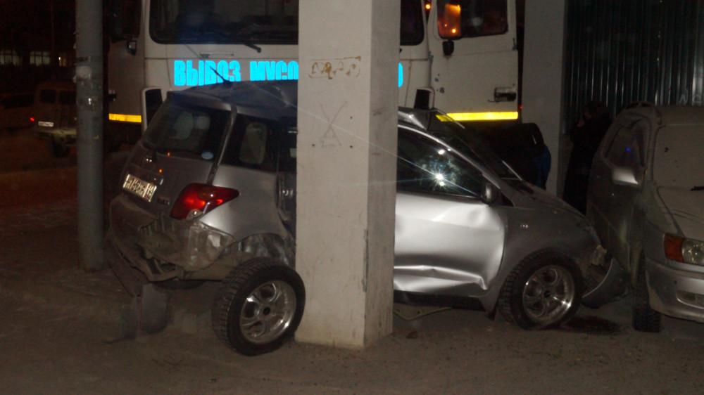 В центре Якутска КамАЗ смял легковой автомобиль