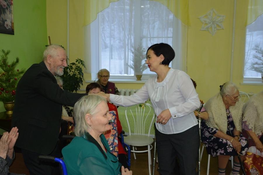 Общественный совет Алдана поздравил постояльцев дома-интерната в Ленинском