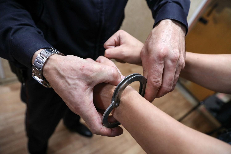 Два жителя Якутска пять дней удерживали мужчину в квартире, требуя перечислить им деньги