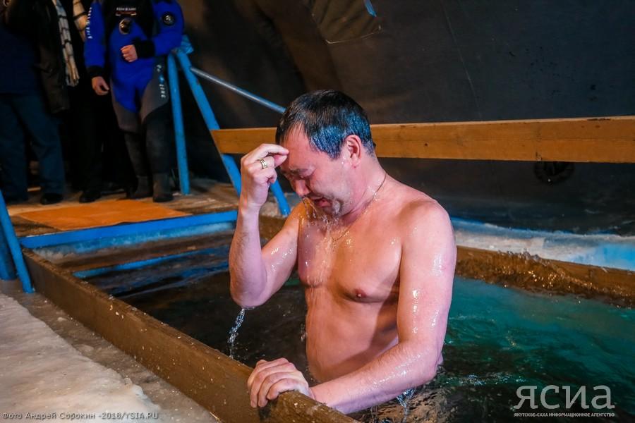 Глава Якутии первым окунулся в крещенскую купель