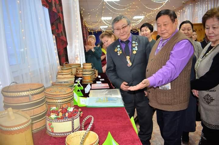 Иннокентий Тарбахов подарил народному мастеру торт в виде туеска с ягодами