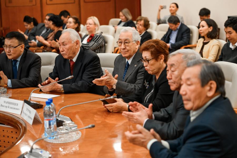 Руководство республики поздравило ЯНЦ СО РАН с 70-летием и Днем науки